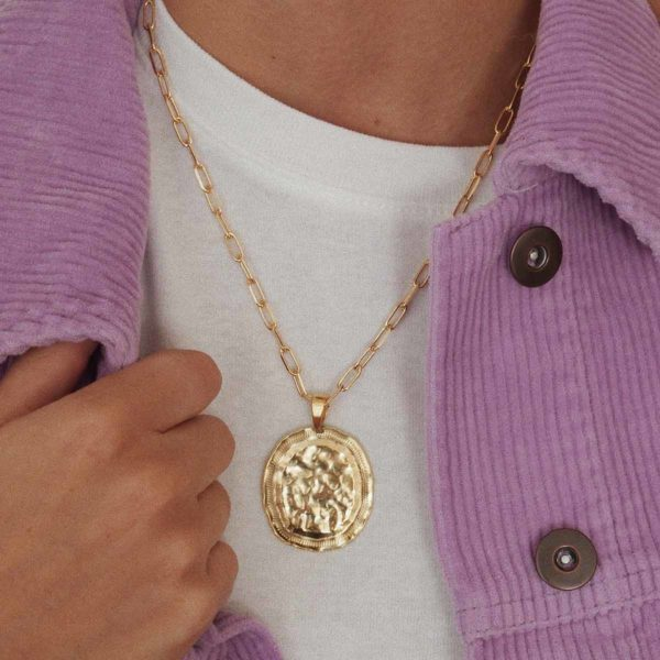 Collier medaille ovale martelee or bijoux leone photo portee